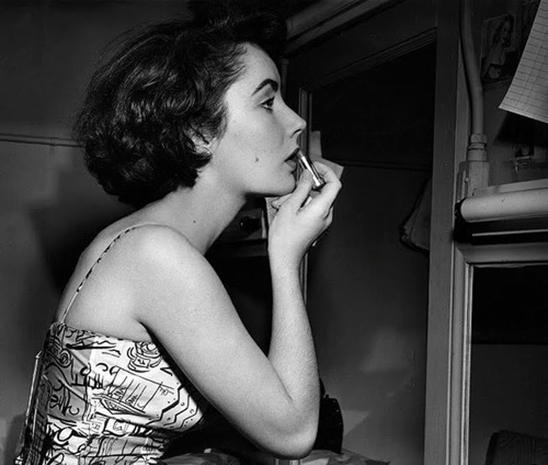 liz taylor putting on lipstick